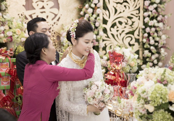 Ngọc Duyên được tặng rất nhiều trang sức cưới.