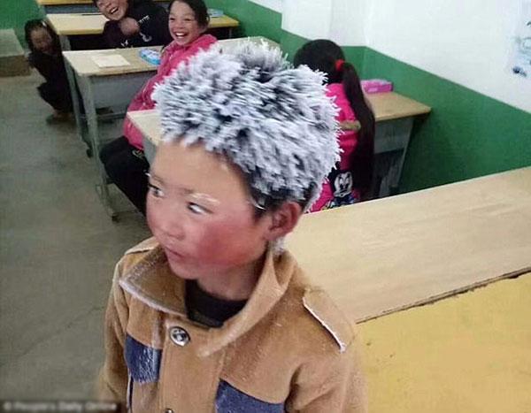Phú Mãn với mái tóc trắng xoá khi đến trường vào ngày 8/1.