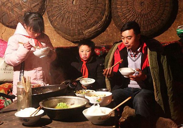 Phú Mãn sống cùng bà và chị gái Phú Mỹ trong một căn nhà vách đất.