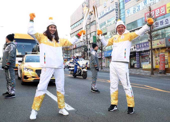 Có bà xã cổ vũ, Bình Minh vui vẻ diễu hành trên phố cùng siêu mẫu Thanh Hằng giữa thời tiết lạnh giá của mùa đông.