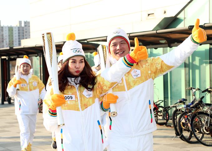Hai nghệ sĩ Việt Nam rất hào hứng và tự hào khi được tham gia hoạt động thể thao lớn của Hàn Quốc.