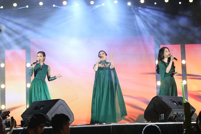 Khán giả miền Tây mang trái cây lên Sài Gòn tặng Phi Nhung - ảnh 12