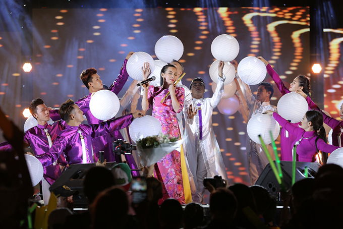 Tuy là buổi offline nhưng Phi Nhung đầu tư âm thanh, ánh sáng rất chỉn chu và dàn dựng các tiết mục ca hát kỹ lưỡng.