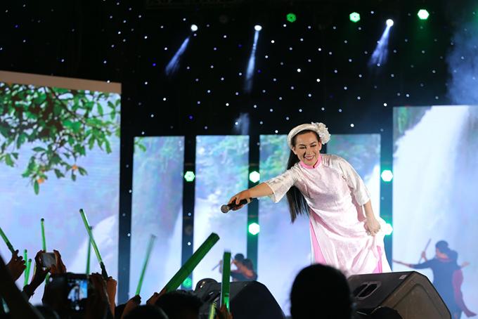 Phi Nhung còn liên tục thay đổi trang phục cho phù hợp từng tiết mục khiến khán giả thích thú.