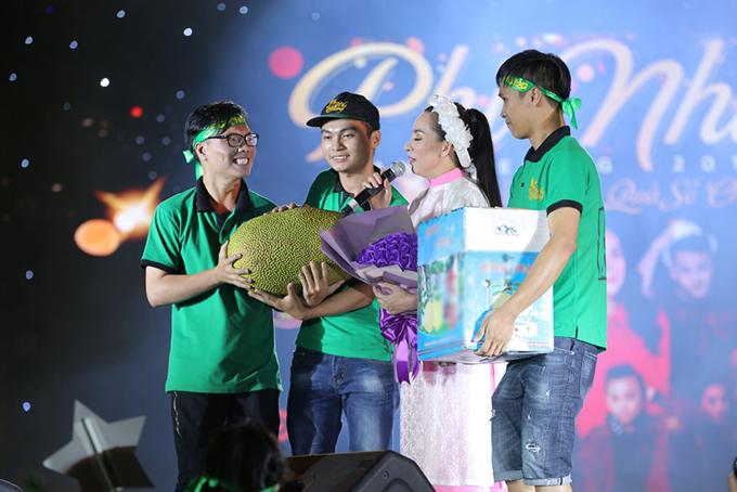 Khán giả miền Tây mang trái cây lên Sài Gòn tặng Phi Nhung - ảnh 4