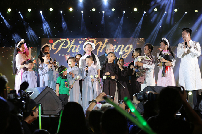 Khán giả miền Tây mang trái cây lên Sài Gòn tặng Phi Nhung - ảnh 6