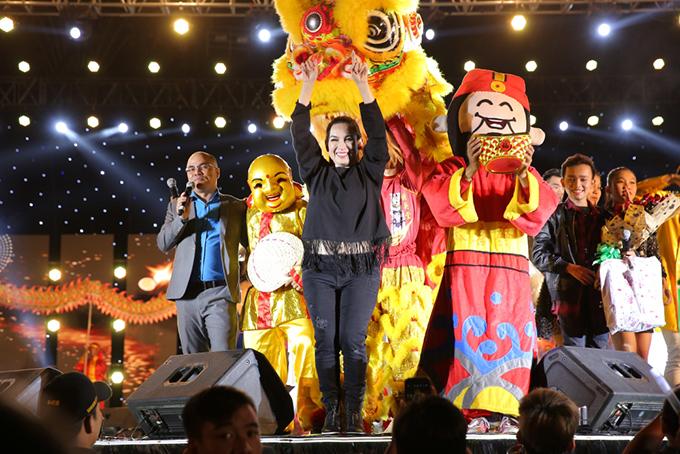 Cuối chương trình là ca khúc Ngày Tết quê em được Phi Nhung hát để thay lời chúc mừng xuân mới đến khán giả.
