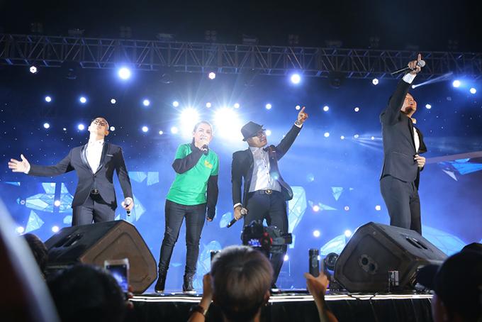 Phi Nhung hoà giọng cùng nhóm MTV trong ca khúc Áo xanh.