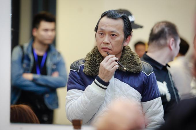 Danh hài Hoài Linh tự mình make-up trước khi lên sân khấu diễn tiểu phẩm.