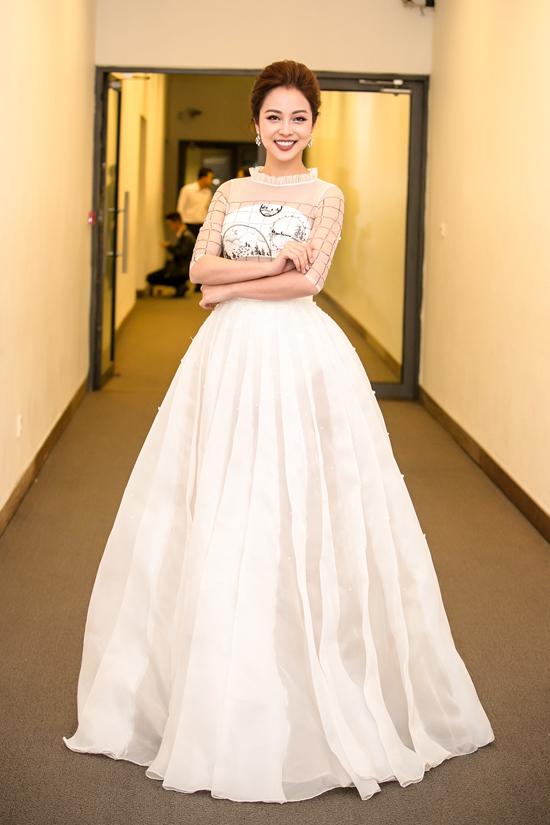 Tối 13/1, Jennifer Phạm rạng rỡ với thiết kế màu trắng của NTK Xuân Lê ở hậu trườngchương trình Xuân phát tài 8, diễn ra tại Trung tâm Hội nghị Quốc gia Hà Nội.Hoa hậu quay trở lại công việc sau kỳ nghỉ đầu năm cùng cả gia đình tại Phú Quốc.