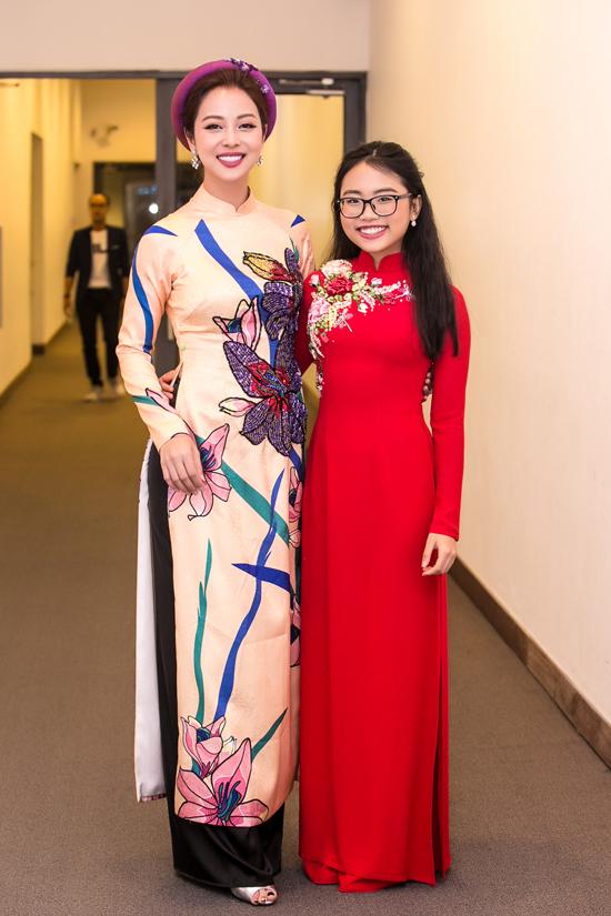 Phương Mỹ Chi lớn phổng phao và ra dáng thiếu nữ khi chụp hình kỷ niệm bên Hoa hậu châu Á tại Mỹ 2006.