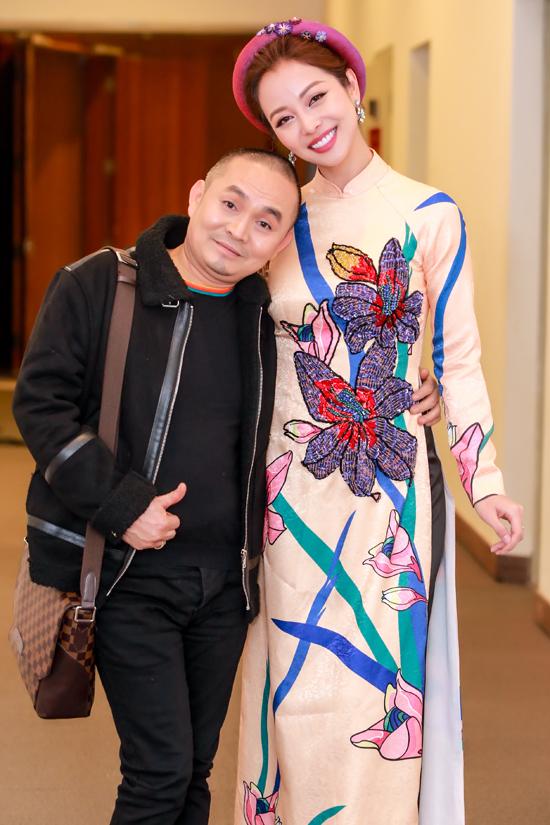 Cô còn thay áo dài của NTK Thuỷ Nguyễn và thân thiết ôm chặt danh hài Xuân Hinh.