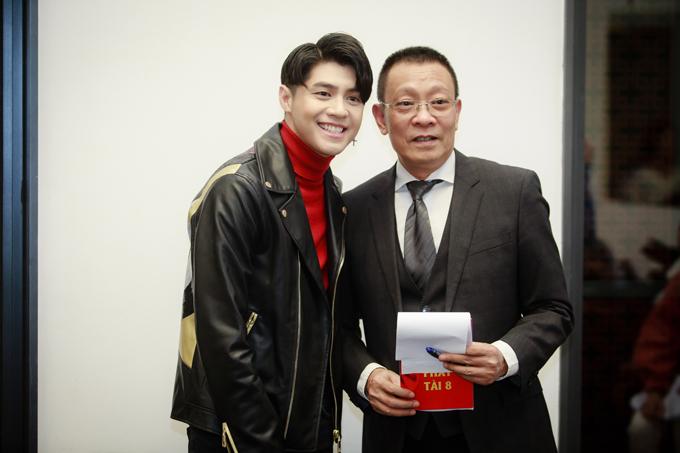 Noo Phước Thịnh tươi cười khi gặp lại MC Lại Văn Sân. Mới đây, anh khiến cộng đồng mạng xôn xao vềsự cố lộ quần lót khi đang livestream trên trang cá nhân.