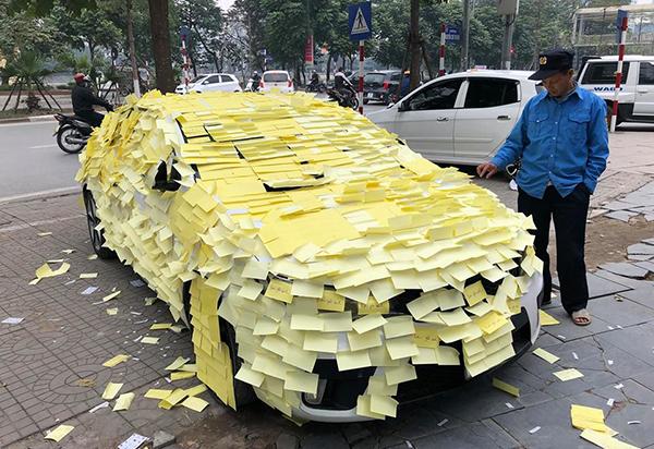 Sau khi hôn Nhã Phương trên MV, Trung Quân bị fan dán giấy kín ôtô tỏ tình