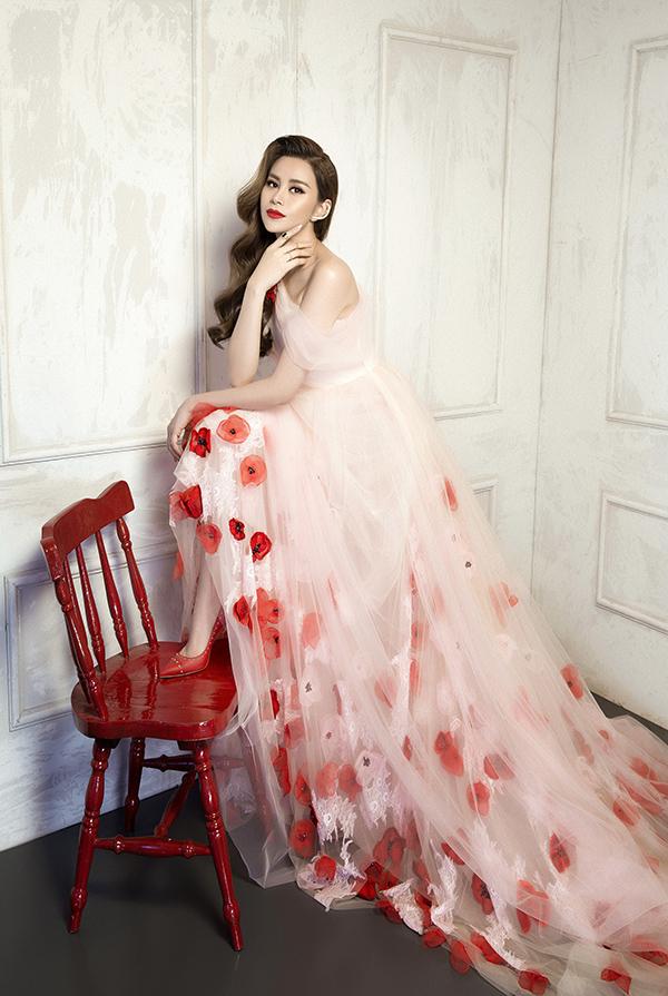 Góp mặt trong bộ ảnh để giới thiệu các thiết kế hợp mốt cho mùa xuân mới là người đẹp Sella Trương.