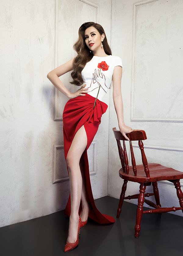 Sắc đỏ rực rỡ và hoạ tiết hoa anh túc đã tạo nguồn cảm hứng để Lê Thanh Hoà mang tới các mẫu thiết kế mới nhất trong bộ sưu tập xuân 2018.