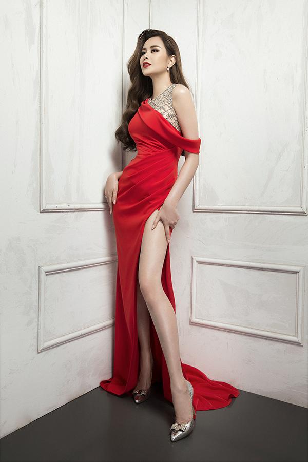 Với những bạn gái sở hữu chiều cao lý tưởng và muốn khoe khéo chân dài thon gọn thì váy dạ hội xẻ cao là lựa chọn hoàn toàn hợp lý.