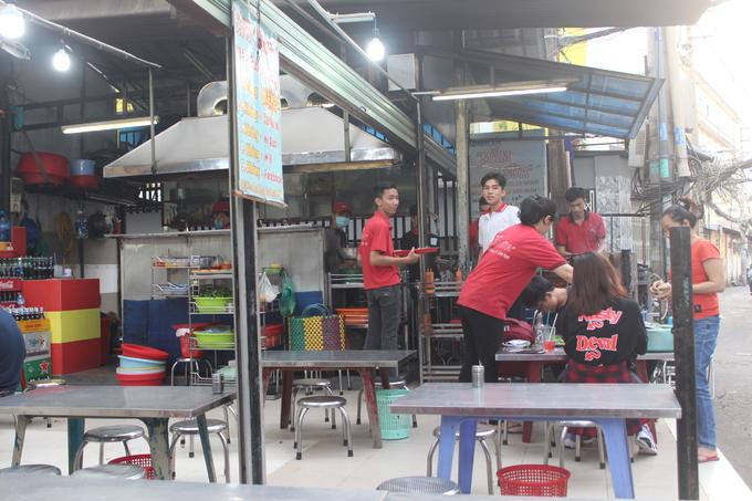 Quán ốc lâu năm ở Sài Gòn dùng sữa pha nước chấm