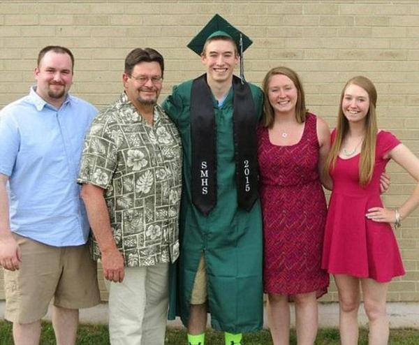 Shane (ở giữa) và gia đình trong ngày tốt nghiệp trung học năm 2015. Ảnh: Facebook