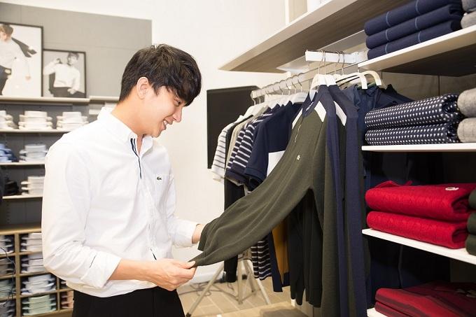 B Trần yếu thích một thiết kế áo trong bộ sưu tập mới của thương hiệu.