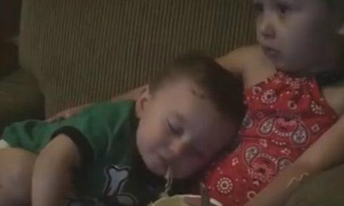 Video chị gái mải xem TV để em vừa ăn vừa ngủ gật hút nửa triệu lượt xem