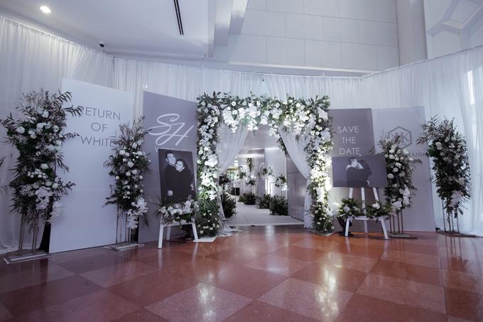 Cổng chào đón khách được tiếp nối với một không gian trưng bày ảnh cưới mang âm hưởng của một buổi triển lãm tranh kết hợp.