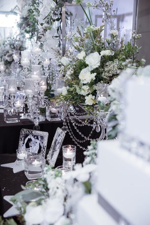 Ấn tượng nổi bật trong không gian tiệc cưới tone bạc lấp lánh này là sự sang trọng kiểu phương Tây.