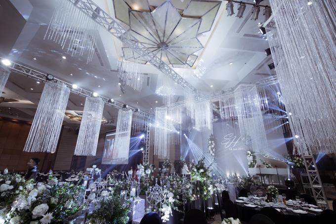 Khán phòng tạo nền chủ đạo tone màu trắng lấp lánh ánh bạc vớinhạc DJ, ánh sáng và những cảm hứng kiến trúc. Trần nhà được trang hoàng với hàng nghìn viên pha lê.