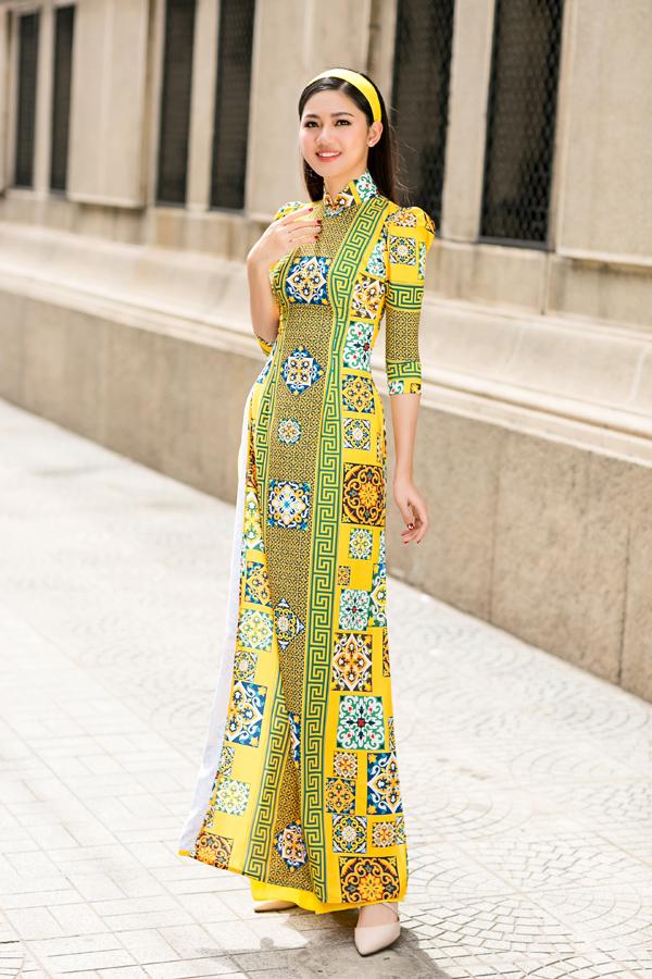 Hot trend áo dài gạch bông cũng được thể hiện một cách sống động với những gam màu tươi mới.