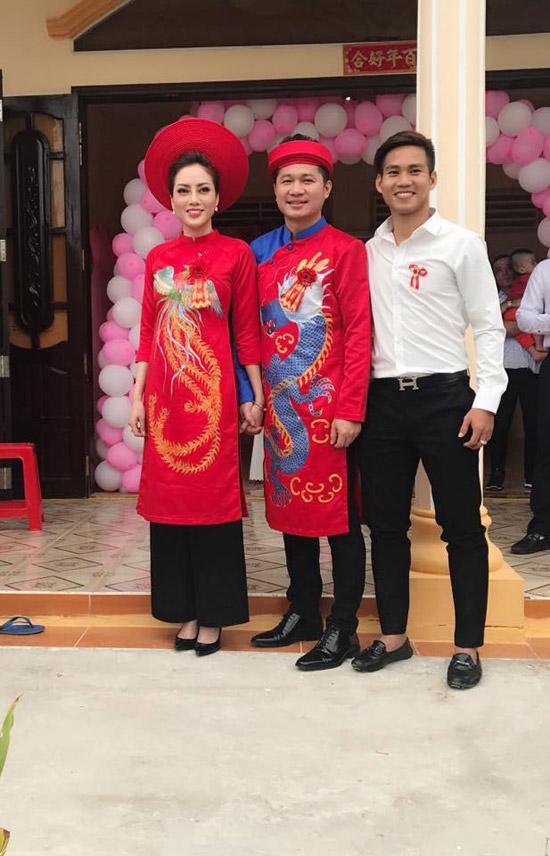 Lâm Vũ và bà xã Huỳnh Tiên diện áo dài truyền thống, in họa tiết rồng phượng trong ngày vui.
