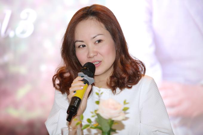 Kiều Ngân - bà xã của Hoàng Tùng - từng đoạt giải nhất Tiếng hát Truyền hình Quảng Ninh năm 2001 và hiện là biên tập viên âm nhạc của VTV.