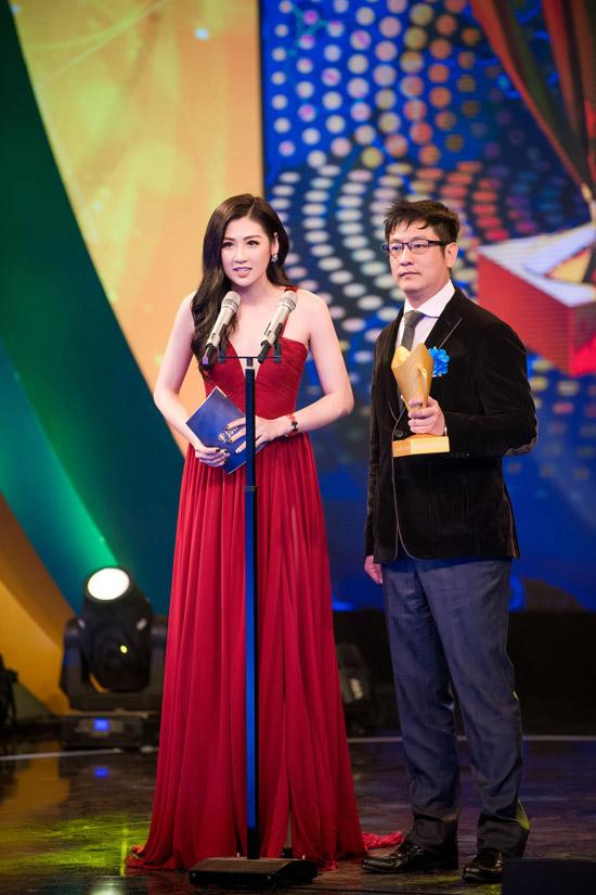 Trong sự kiện, cô cũng lên sân khấu trao giải cho các vận động viên thể thao gây ấn tượng trong năm 2017.