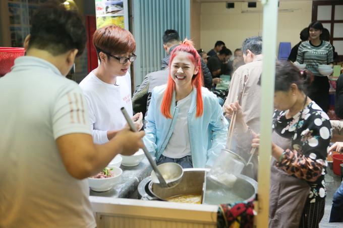 Bùi Anh Tuấn và Liz Kim Cương là hai khách mời của chương trình Việt Nam tươi đẹp. Họ đến thăm một quán phở nổi tiếng ở Hà Nội.