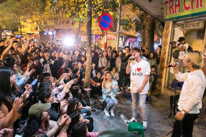 Bùi Anh Tuấn hội ngộ ca sĩ Trường Giang ở phố cổ. Họ hòa giọng trong một số ca khúc.