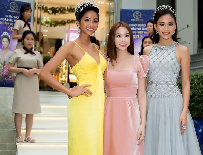 Hai người đẹp tới cảm ơn Hoa hậu Áo dài Hải Dương đã đồng hành, hỗ trợ họ tại Hoa hậu Hoàn vũ Việt Nam 2017. Trong suốt thời gian HHen Niê và Mâu Thủy dự thi, Hải Dương đã tư vấn cho các cô gái về chế độ dinh dưỡng, tập thể dục để có vóc dáng, làn da đẹp.