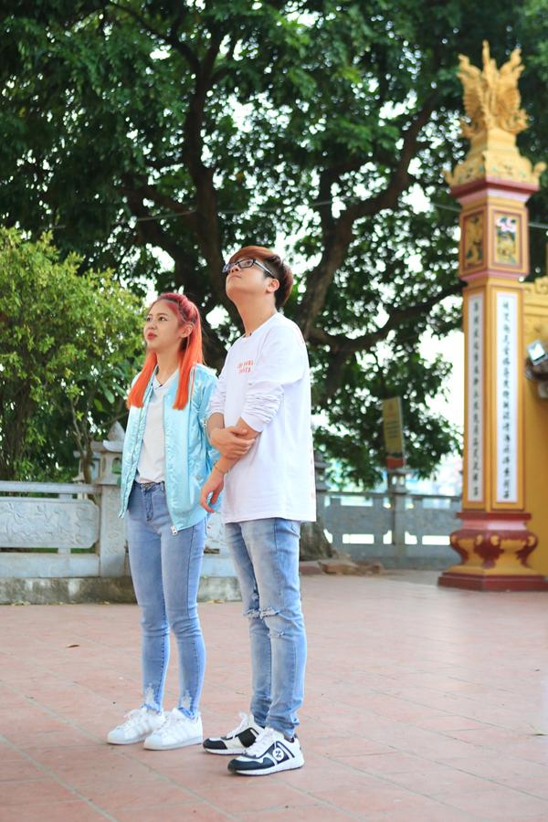 Cả hai dừng chân tạingôi chùa cổ nhất Hà Nội cógiá trị về tâm linh và thu hút khách du lịch.