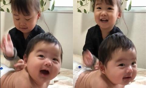 Bé gái 2 tuổi giúp mẹ bón sữa, massage cho em trai