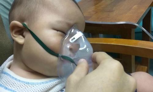 Bà mẹ cầu xin người hút thuốc lá đừng tiếp xúc với trẻ sau khi con trai nhập viện