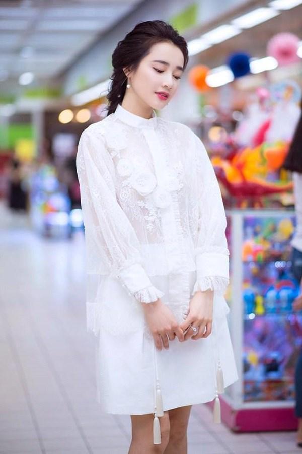 Váy ren của Nhã Phương được biến đổi không ngừng về kiểu dáng để tránh sự nhàm chán và mang đến cảm giác một màucho phong cách thời trang của cô.