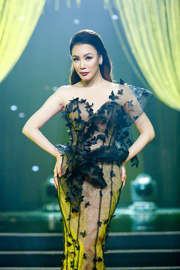 Hồ Quỳnh Hương mặc gợi cảm, mang đến ca khúc Em không cần anh đâu trong chương trình.