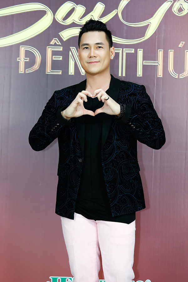 Ca sĩ Khánh Phương điển trai ở hậu trường.