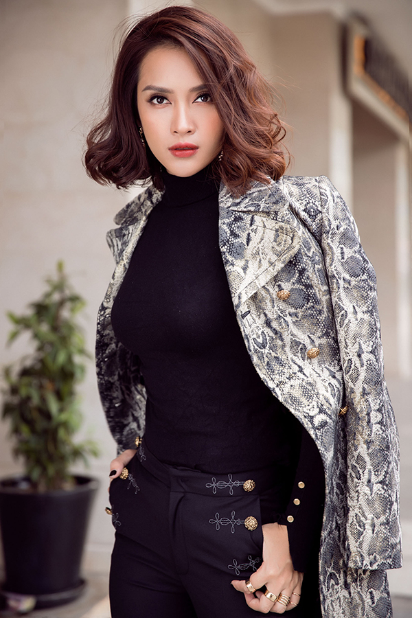 Ái Phương mix áo đồ sành điệu với áo khoác hợp mốt
