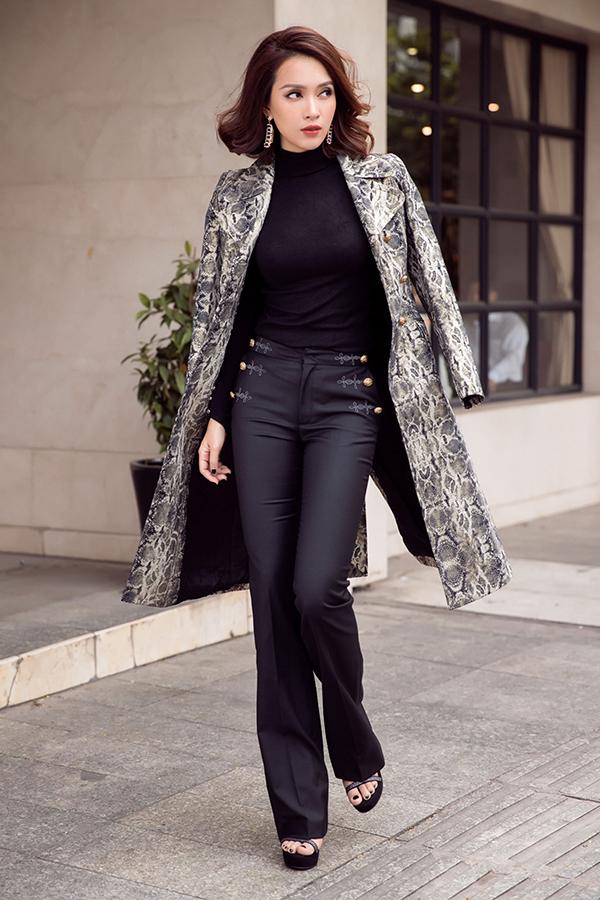 Ái Phương mix áo đồ sành điệu với áo khoác hợp mốt - 1