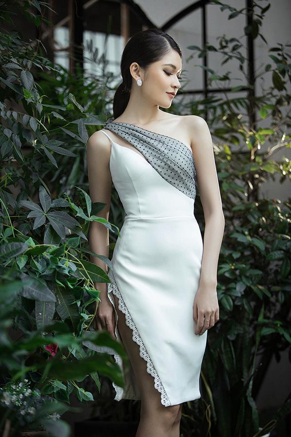 Phom dáng cơ bản của mẫu váy hai dây được khai thác triệt để nhằm mang đến những bộ trang phục đi tiệc tôn nét gợi cảm cho phái đẹp. Bên cạnh đó sự biến tấu nhẹ nhàng ở những chi tiết vai lệch, trễ vai, rớt vai cũng mang tới nét đa dạng cho bộ sưu tập.