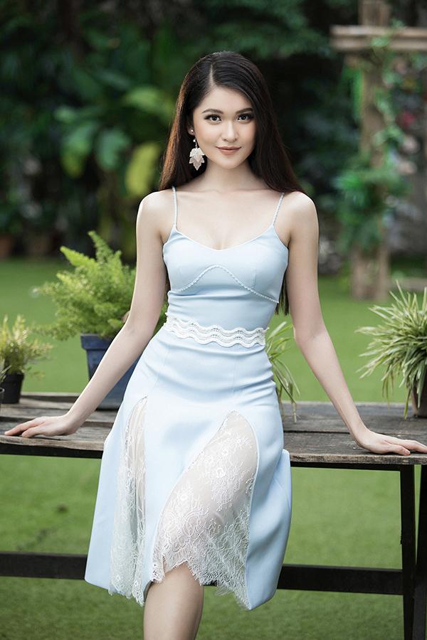 Xuất hiện trong bộ ảnh giới thiệu các mẫu đầm liền thân kiểu dáng hiện đại dành cho mùa mốt 2018, Thuỳ Dung gây được ấn tượng bằng thần thái rạng rỡ và vóc dáng mảnh mai.