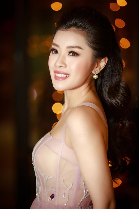 Vì thấy con gái quá đam mê ca hát nên cuối cùng bố mẹ Thu Hằng đã đồng ý cho cô theo đuổi giấc mơ làm ca sĩ. Cô thi đậu vào Học viện Âm nhạc quốc gia Việt Nam với kết quả cao. Năm 2015, cô vượt qua nhiều thí sinh khác để giành giải nhất Sao Mai 2015 dòng dân gian.