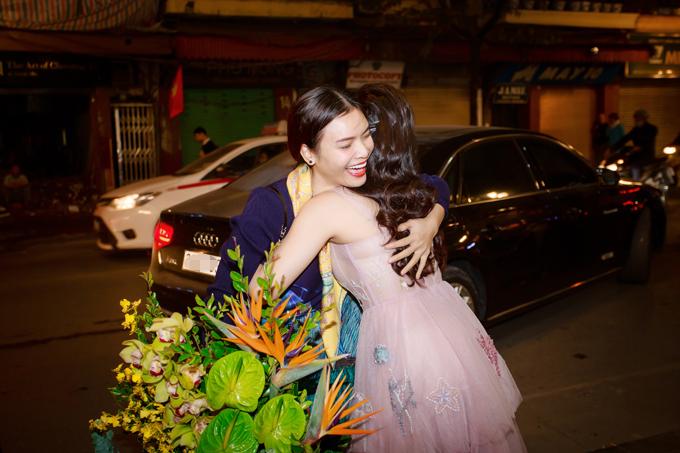 Sao Mai Phương Thảo đã khiến Thu Hằng bất ngờ khi đến ủng hộ cho đêm nhạc riêng của đàn em tại một phòng trà.