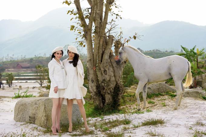 Hai cô gái mặc trang phụcđồng điệu chụp ảnh cùng chú ngựa bạch.