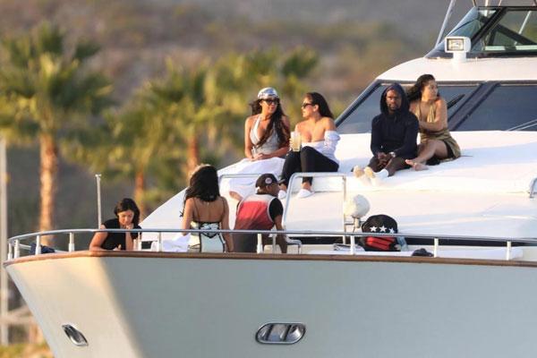 Độc cô cầu bại ngồi trên du thuyền sưởi nắng khi du ngoạn biển ở Los Cabos, Mexico. Ảnh: Sun.