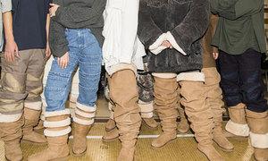 Nhà mốt Pháp lăng xê boots da lộn to sụ trên sàn diễn